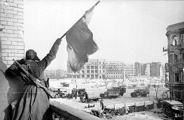 1942'de ise, Sovyet ordusu, Stalingrad'da Alman ordusuna karşı saldırıya geçti.