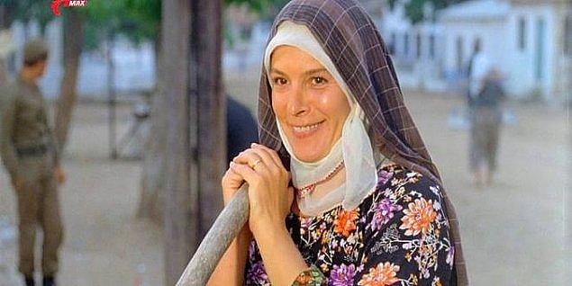 """1981 yılında ise Hülya Koçyiğit, Fransa'da düzenlenen 3 Kıta Film Festivali'nde, """"Kurbağalar"""" filmindeki rolüyle """"En İyi Kadın Oyuncu"""" ödülünü aldı."""