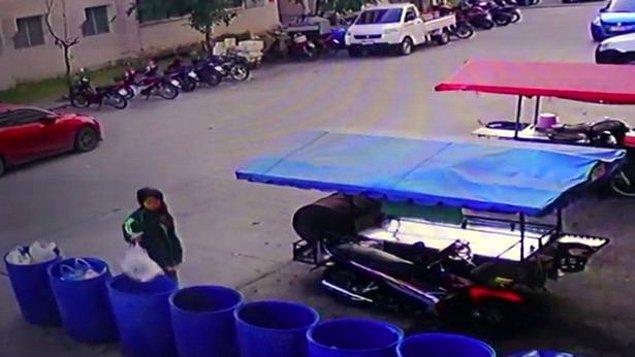30 Kasım Cuma günü, öğleden sonra 4:30 sularında kameralara yakalanan kadının, elinde plastik bir poşetle çöp kovasına yaklaştığı görülüyor.