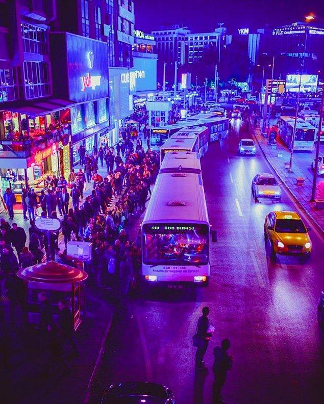 Sosyal medyada, Ankaralıların otobüs durağındaki nizami sırasının dikkat çektiği bir fotoğraf paylaşıldı.