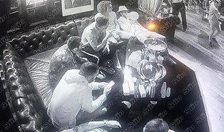 Mesut Özil'in de Aralarında Bulunduğu Arsenalli Futbolcular, 35 Bin Euro'luk Uyuşturucu Partisinde Görüntülendi