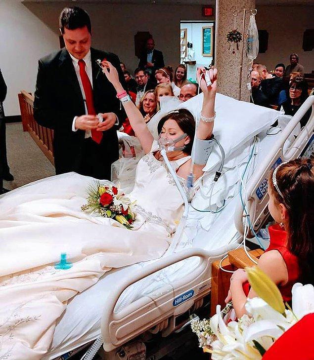 """4. """"Göğüs kanseriyle savaşan bir kadın hayatının aşkıyla evlendi. Bu fotoğraf 22 Aralık'ta çekildi, kadın hayatını kaybetmeden 18 saat önce. Hastanenin kilisesinde töreni yaptılar."""""""