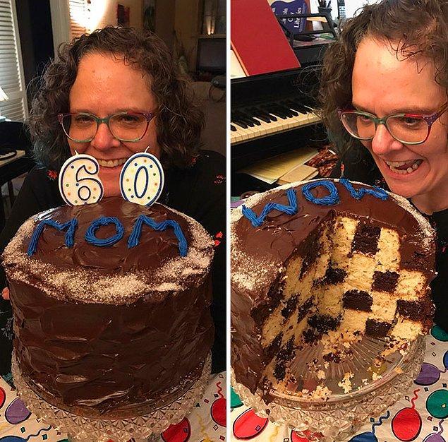"""21. """"Annemin çektiğim en son fotoğrafları. 60. doğum günü için ona satranç tahtası kek hazırladım, bayıldı. Bundan iki ay sonra, Noel'de bir anda komaya girdi ve asla çıkamadı."""""""