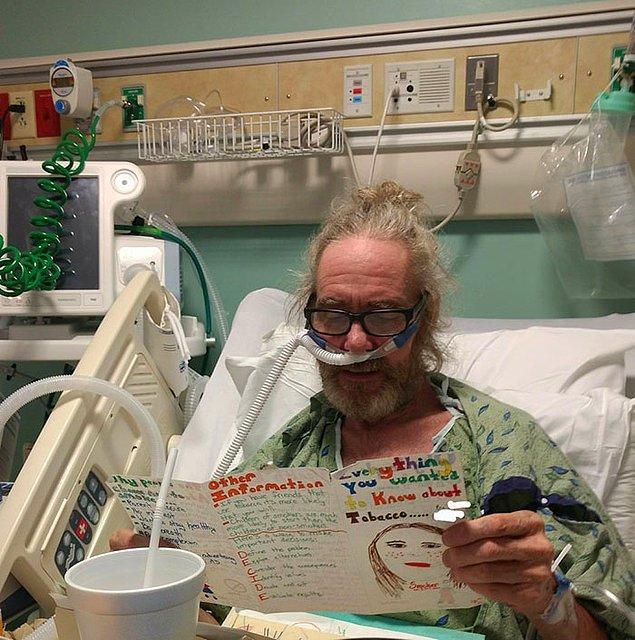 """23. """"Babam, hastane yatağında anfizemden hayatını kaybederken ona küçükken hazırladığım 'sigaranın zararları' broşürünü okuyor."""""""