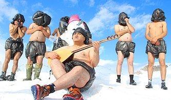 3 Bin Metrede Sürreal Eylem: Yeni Yasaya Destek İçin Poşetten Kıyafetlerle Kar Banyosu