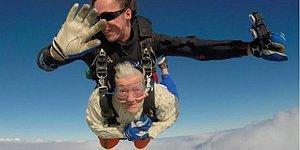 Paraşütle Atlayan En Yaşlı İnsan: 102 Yaşındaki Kadın 4 Bin Metreden Atladı!