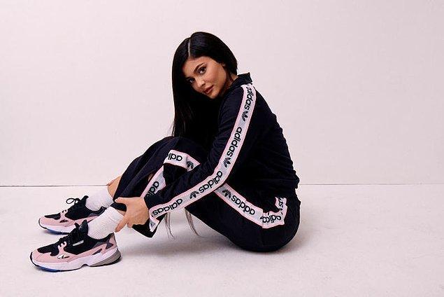 E haliyle Kylie ne yapsa, ne giyse trend oluyor. Tek başına koskoca moda sektörüne yön veriyor.