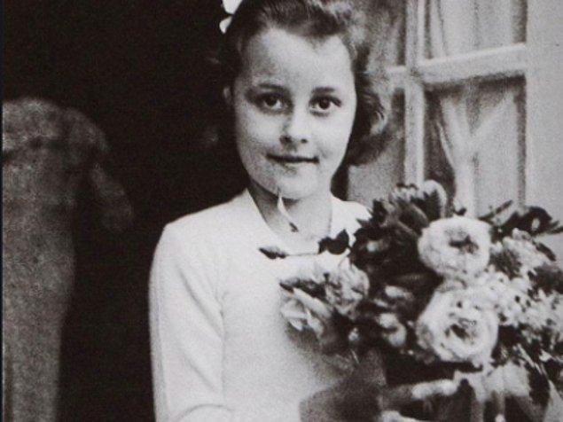 Hayatı boyunca zengin ve ünlü bir isim olan Chanel'in çocukluğu yoksulluk içinde geçti. Bir köylü ve bir sokak satıcısının 7 çocuğundan biri olarak dünyaya gelmişti.