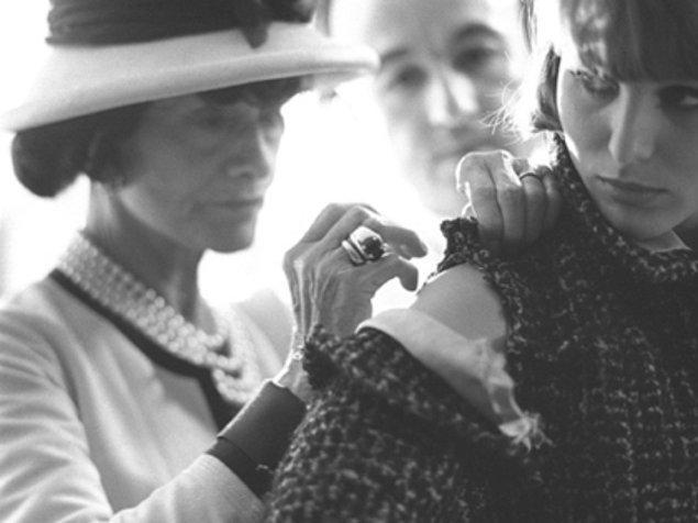 1939 yılında 2. Dünya Savaşı nedeniyle Chanel, butiklerinin hepsini kapattı ve bir süre İsviçre'de yaşadı. Tasarımlarını evinde dikerek hayatını sürdürdü.