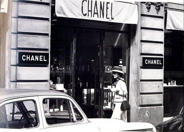1910 yılına geldiğinde Coco Paris'te tam 21 tane şapka dükkanına sahipti. Ardından da lüks ve kişiye özel kıyafet tasarımları geldi. Chanel markası gittikçe büyüyordu.