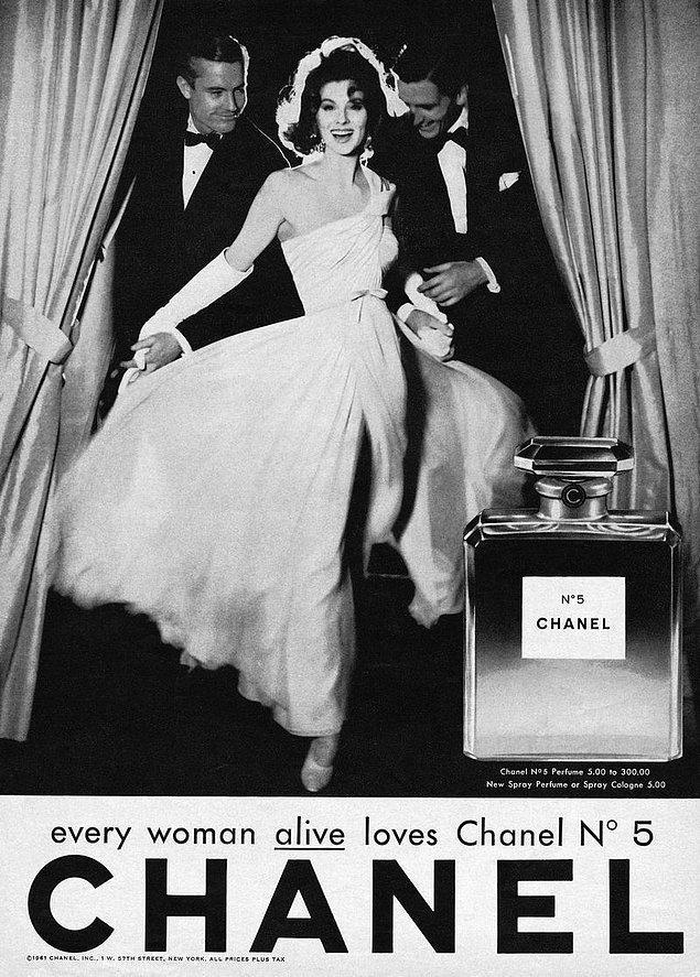 Chanel'in dillere destan No: 5 parfümü bu zamanda ortaya çıktı. Yaratıcısı Ernest Beaux, Chanel'e 1-5 arası ve 20-24 arası olmak üzere iki seri sundu. Chanel, uğurlu sayısı olan 5'i tercih etti.