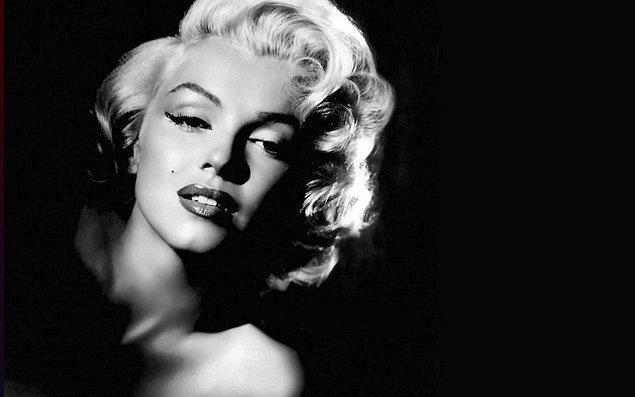 """Chanel No:5 asıl çıkışını ise Marilyn Monroe ile yaptı. Bir röportaj sırasında Monroe, """"Uyumak için ne yaparsınız?"""" sorusuna """"No:5'in bir damlasını koklamam yeterli."""" şeklinde cevap verdi."""