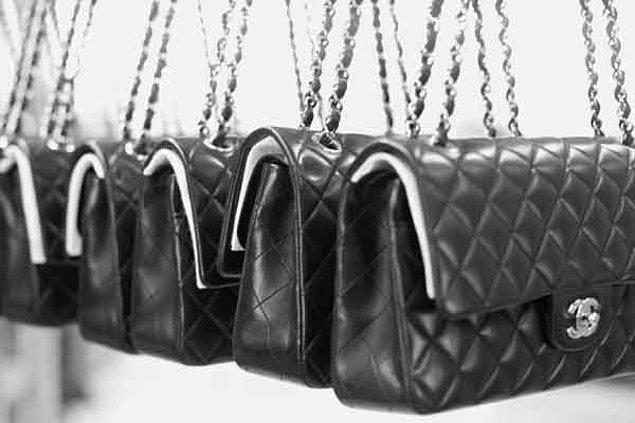 """""""Omuz askılı çanta en iyisidir çünkü elleri serbest bırakır."""" felsefesiyle günümüzün de vazgeçilmezleri arasında olan zincir saplı kapitone omuz çantasını tasarladı."""