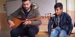 Bağlama Çalan Öğretmenine Eşlik Eden Ufaklıktan Hayran Kalacağınız Bir Türkü Performansı