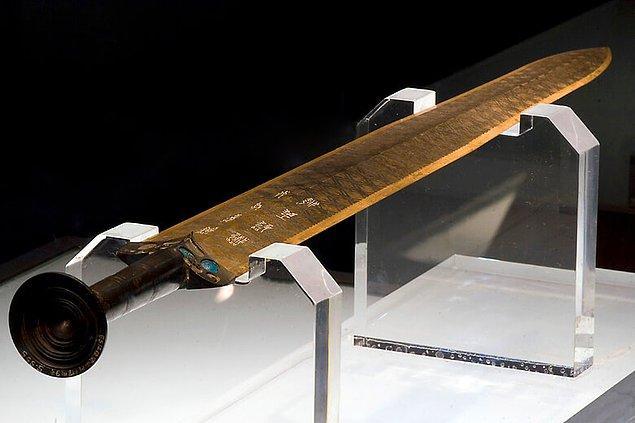 2. Yue Kralı'na ait olduğu düşünülen antik Goujian kılıcı, iki bin yıldan daha fazladır toprak altında kalmış olmasına rağmen hiç bozulmadan kalmayı başarmış.