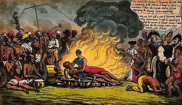 4. Eski bir Hindu geleneği olan 'sati' bugüne kadar duyduğunuz en tüyler ürpertici ritüellerden biri olabilir. Bu ritüelde kocası ölmüş olan kadın, yakılan cenazenin içine girip onunla birlikte can veriyor.
