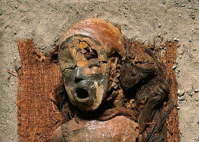 5. Ölüleri ilk mumyalayanlar çoğumuzun sandığı gibi Eski Mısırlılar değil, Güney Amerikalılardı. Şili'de Atacama Çölü civarında yaşayan Chinchorro halkı, Eski Mısırlılardan yaklaşık iki bin yıl önce ölülerini mumyalıyordu.