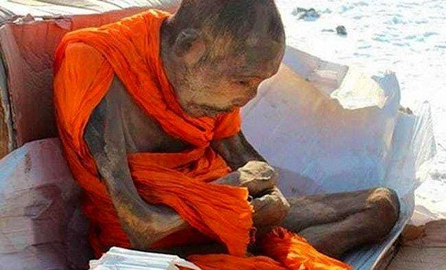 13. 11'nci yüzyıl ile 19'ncu yüzyıllar arasında Budist keşişler arasında garip bir meditasyon/intihar yöntemi kullanılıyordu. Sokushinbutsu olarak bilinen bu yöntem, basit tabirle kişinin kendisini mumyalama yöntemiydi.