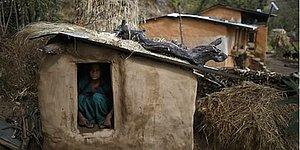 Hindu Geleneklerine Göre Regl Döneminde ''Kirli'' Olduğu Düşünüldüğü İçin Kulübede Yaşamaya Zorlanan Kadın Hayatını Kaybetti!