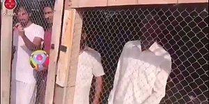 BAE Futbol Takımı Lehine Zorla Tezahürat Yaptırmak İçin Hint Göçmenleri Kafese Kapatan İş Adamı!