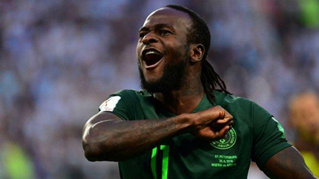Moses, 12 Aralık 1990 yılında Nijerya'da iç savaşın yaşandığı dönemde dünyaya geldi.
