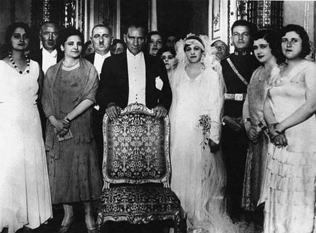 1923: Mustafa Kemal Paşa İzmir'de Latife Hanım'la evlendi.