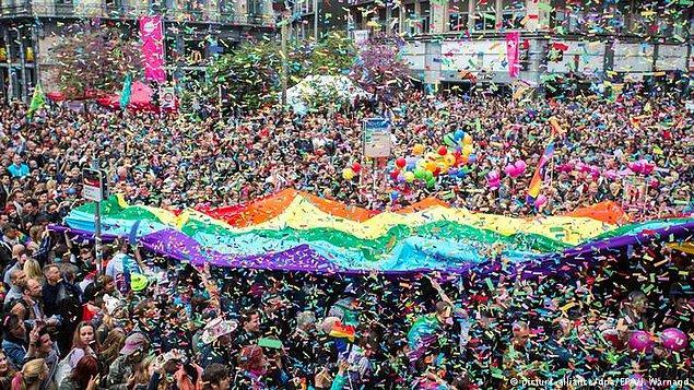 2003: Belçika'da aynı cinsiyetteki çiftlerin evliliği yasallaştı, böylece Belçika, dünyada Hollanda'dan sonra bu yasayı çıkartan ikinci ülke oldu.