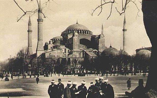 1935: Ayasofya, müze olarak halkın ziyaretine açıldı.