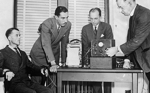 1935: İlk yalan makinesi, Leonarde Keeler tarafından denendi.
