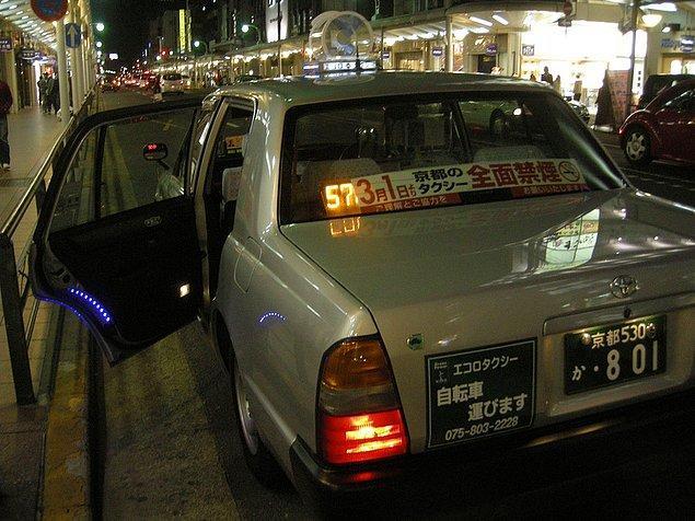 19. Taksilerin arka kapısı otomatik olarak açılıyor...