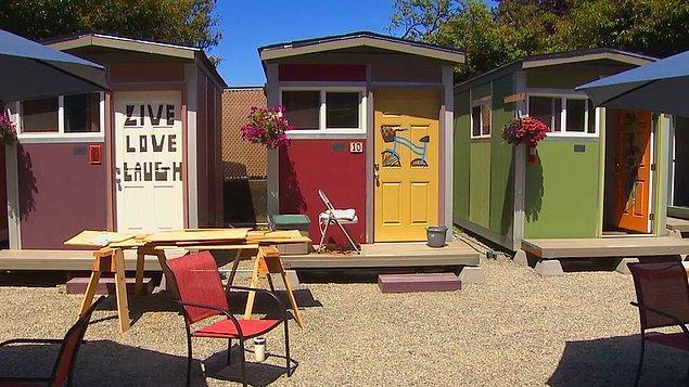 """8. Seattle'da evsiz insanların uyumak, yemek yemek ve duş almak için kullanabileceği bir """"minik ev"""" kasabası bulunuyor. Ayda sadece 90 dolar ödeyerek olanaklardan yararlanılabilen bu yer, insanların ayaklarının üzerinde durmalarına yardımcı olmak için tasarlanmış."""