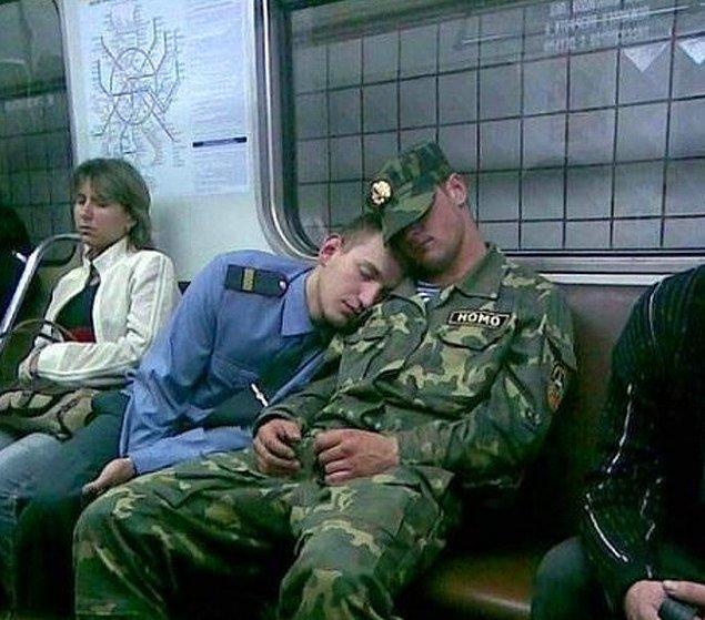 21. Çok mu uykun var? Neden bir yabancının omzunda uyumayasın ki?
