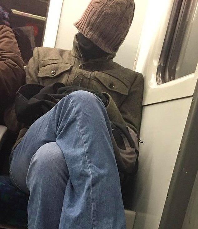 """18. """"Bu adam metroda karşımda oturuyordu. İki dakika içerisinde sabah insanı olmadığını anladım."""""""