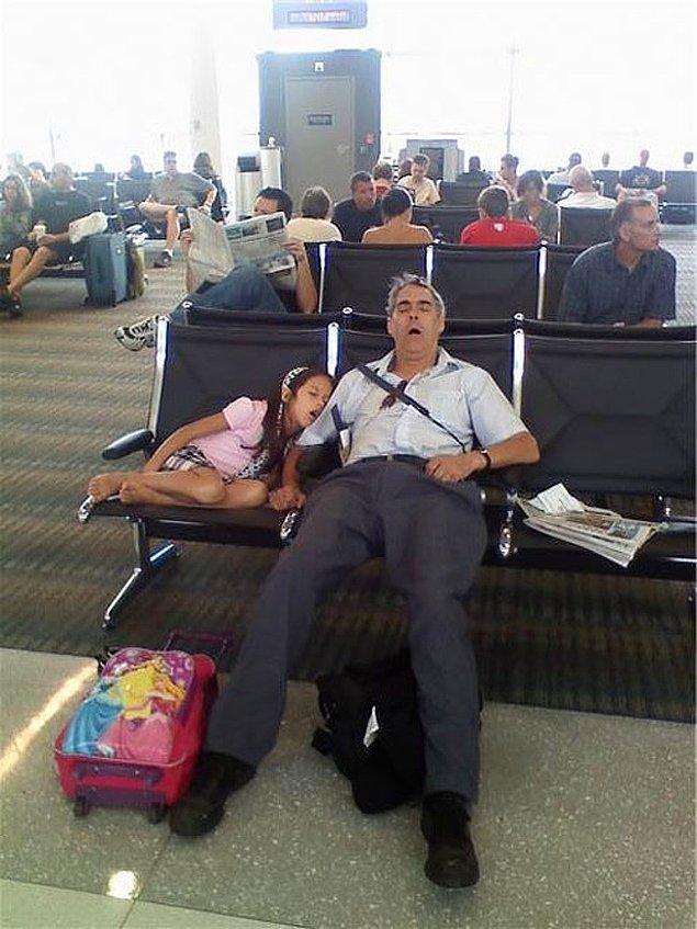 """6. """"Hava limanında bu baba ve kızı gördüm. Uyku da genlerden gelen bir şey..."""""""