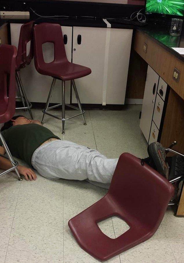 """1. """"Bu hafta final sınavlarımız var. Bu arkadaş da oturduğu yerden düştü, yarım saat güldük ama o 40 dakika böyle uyudu."""""""