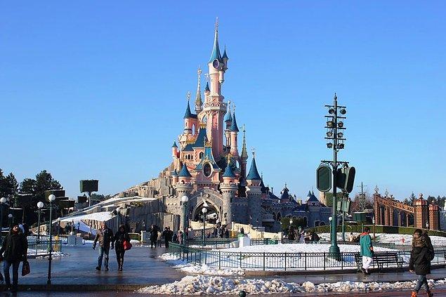 """19. Disneyland'in """"Git Yeşili"""" adında, çevrenin birbiriyle uyumlu olmasını sağlayan kendine ait bir rengi vardır. Mavimsi bir yeşil-gri olan bu renk neredeyse her şey ile uyum sağlamak üzere formüle edilmiştir; betonlarla, manzarayla, gökyüzüyle..."""