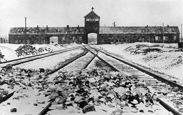 Ocak 1945'te kurtuluşunun ardından Auschwitz'in girişi.