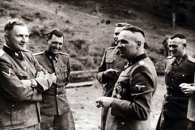 Auschwitz'te bir grup SS subayı. Soldan sağa; Karl Hoecker, Dr. Josef Mengele, Karl-Friedrich Hoecker ve 1944 Mayıs'ından Aralık'ına kadar Auschwitz'in komutanı olan Richard Baer.