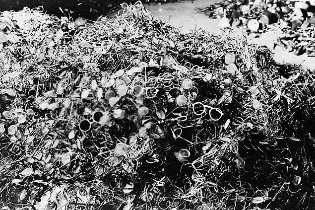 Öldürülen mahkumların atılmış gözlükleri, 1939 sıraları.