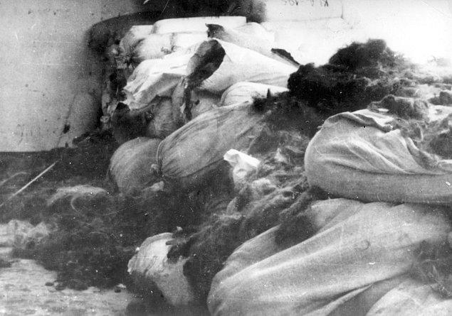 1945'te Auschwitz'in özgürleştirilmesinin ardından öldürülen mahkumlara ait 7 ton saç bulunmuştur.