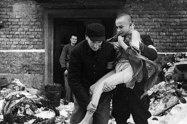 15 yaşındaki Rus çocuk Ivan Dudnik 1945'te kurtarılırken.