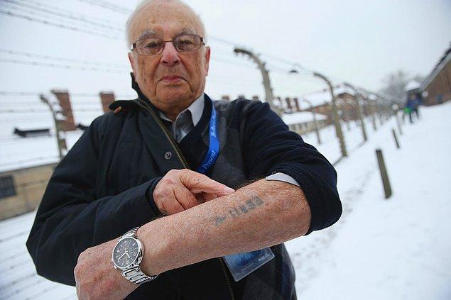 Romanya'da doğup 14 yaşındayken Auschwitz ve diğer toplama kamplarında hapsedilen Jack Rosenthal, 26 Ocak 2015'te Auschwitz I'in dışında duruyor.