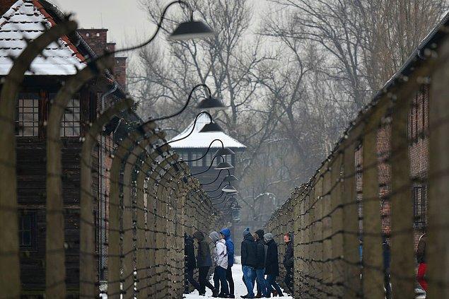 28 Aralık 2018'de insanlar Auschwitz-II-Birkenau'yu ziyaret ediyorlar.