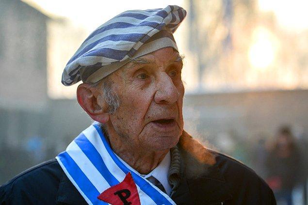 Polonya'nın Sosnowiec şehrinden 93 yaşındaki Miroslaw Celka, 27 Ocak 2017'de Auschwitz'i ziyaret ediyor.
