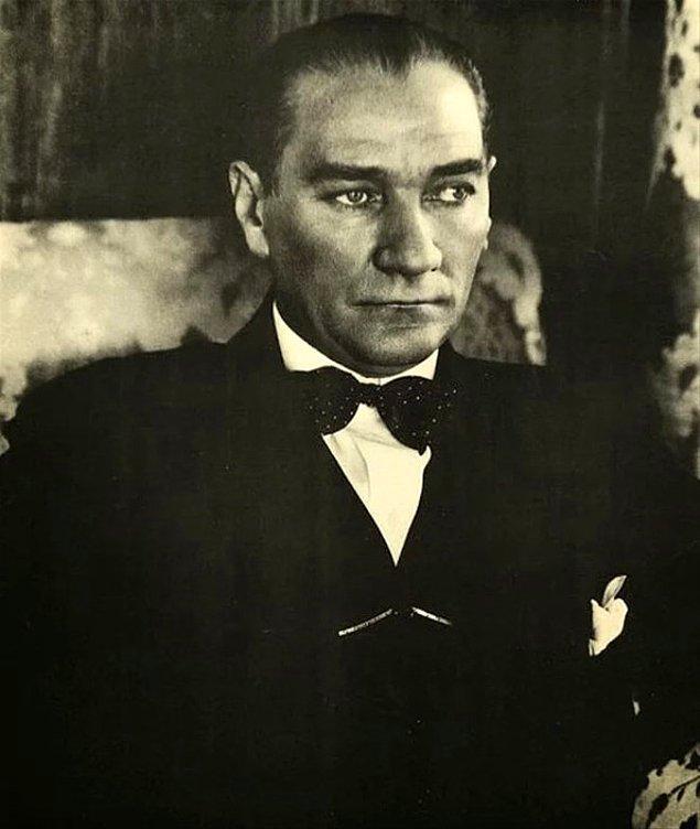 Atatürk oldukça şaşırdı ve duygulandı. Ancak onu duygulandıran şey, kendisine gösterilen ilgi değildi. Kurtuluş Savaşı'nın ve kurulan bağımsız devletin etkisini düşündü.