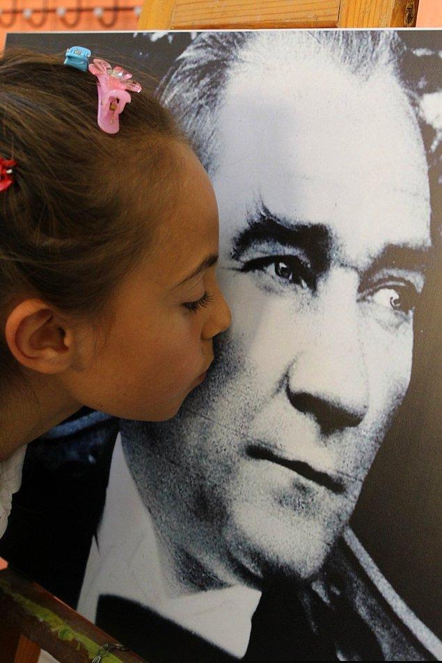 BONUS: 23 Nisan'ın sadece Türk çocuklarına değil, tüm çocuklara atfedilmesinin nedeni de budur. Atatürk, her çocuğun geleceğini aydınlatır.