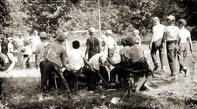 Birkaç ay süren bir kampa gittiğini düşünen öğrenciler, iki gruba ayrıldı ve parka götürüldü. İki grubun da diğerinden haberi yoktu.