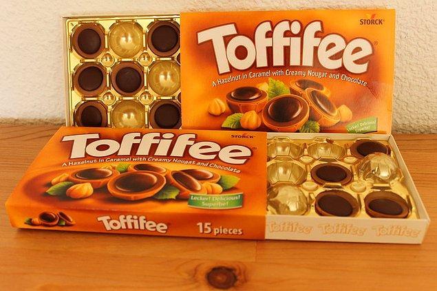 11. Kutu şeklinde paketlenen çikolataların kenarındaki küçük oyuklara alttan basarsanız çikolata içinden kolayca çıkar.