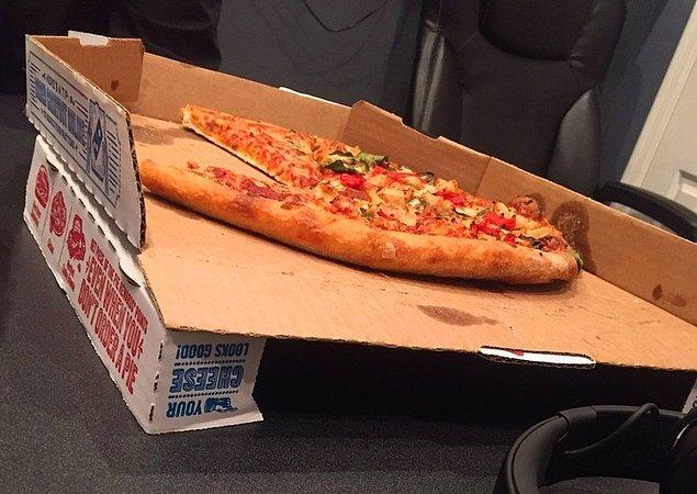 12. Twitter kullanıcılarının paylaşımları ile yaygınlaşan bu pratik bilgiye göre, pizza kutusunu ters çevirip böyle katlayınca mini bir masaya dönüşüyor.