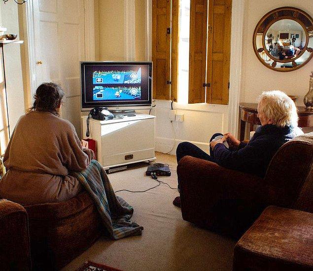 """1. """"Annem ve babam her gün kimin çay hazırlayacağını belirlemek için Mario Kart 64 oynuyorlar. Bunu, 2001 yılından bu yana düzenli olarak yapıyorlar."""""""